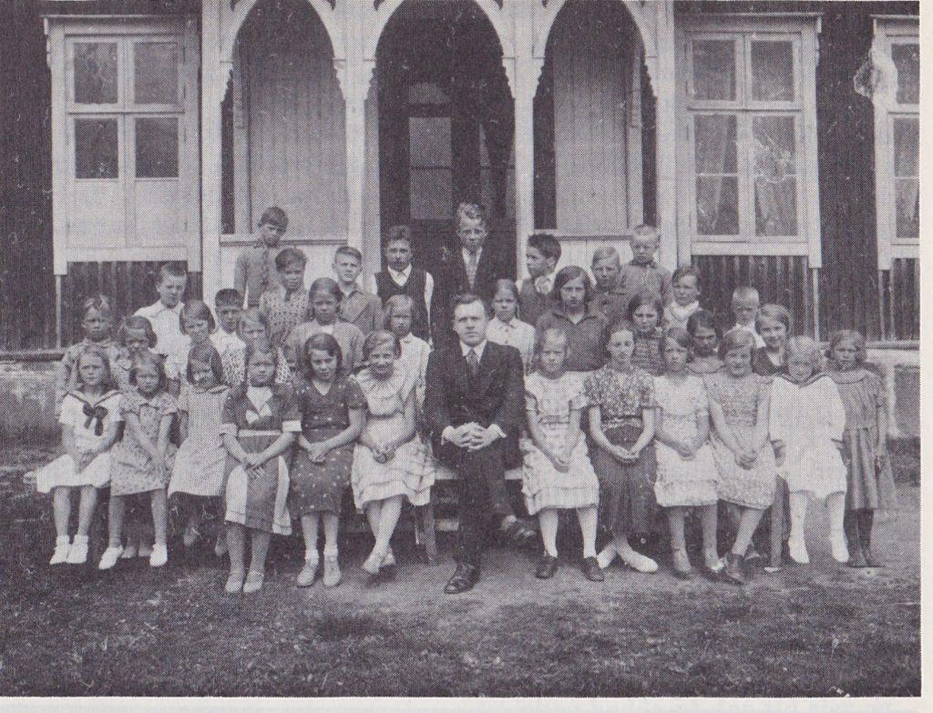 Gunnar Sørby blant skolebarna i Holseter. Trolig er blidet tatt i 1933—34. Dessverre har vi ikke kunnet oppspore elevenes navn, så å finne fram til kjente fjes, får bli julens lille «rebus». Holseter skole var på dette tidspunkt 3-delt. Nedlagt 1965.